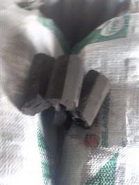 Briquetes de moinha ou pó de carvão.