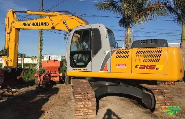 ESCAVADEIRA NEW HOLLAND E215 B ANO 2013, 6000 HORAS TRABALHADAS, CAÇAMBA NOVA, TOTALMENTE OPERACIONA