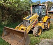 RETROESCAVADEIRA NEW HOLLAND B95B ANO 2012, COM APENAS 6000 HORAS TRABALHADAS, CABINE FECHADA COM AR