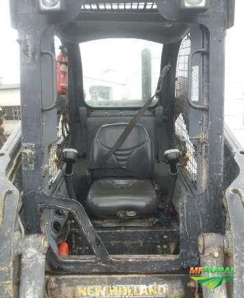 MINI PÁ CARREGADEIRA NEW HOLLAND L225 ANO 2012, COM MOTOR NOVO, TOTALMENTE OPERACIONAL