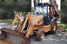 RETROESCAVADEIRA CASE 580M 4X2 ANO 2011 COM 8300 HORAS TRABALHADAS, OPERACIONAL