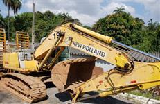ESCAVADEIRA NEW HOLLAND, MODELO E215B, ANO DE FABRICAÇÃO 2012, COM 7.685 HORAS TRABALHADAS, ÚNICO DO