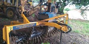 Enleirador hidráulico de pedras, tocos e raízes