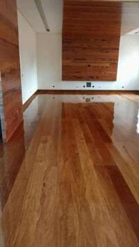 Restauração em pisos de madeira tacos assoalhos