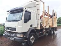 Caminhão Volvo VM330 6x4 com Julieta 3 eixos e Garra Florestal para transporte de tora ano 12