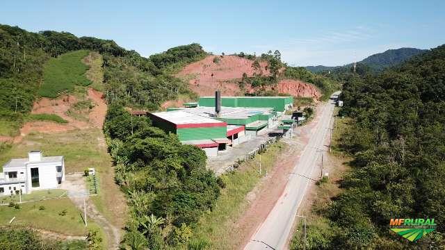 Galpão industrial com área de 53.870 m² e área construída de 9.500 m²