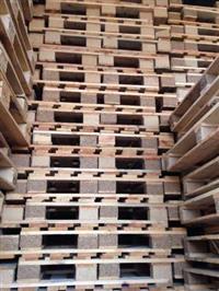 Pallets de madeira e de