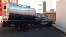 Caminhão F4000 com tanque isotérmico