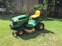 Trator cortador de grama John Deere D130