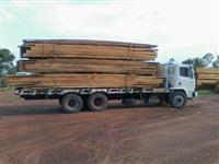 Troco madeira serrada em pá carregadeira