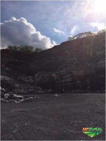 Pedreira de rocha calcária, sendo calcário calcítico e dolomítico.