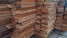 Vigas de madeira diversas.