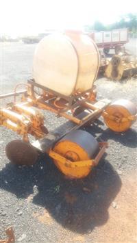 Cobridor de cana DMB com rolo compactador e bomba de herbicida elétrica, usado